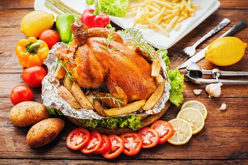 légumes rôtis par poulet entiers photographie stock libre de droits