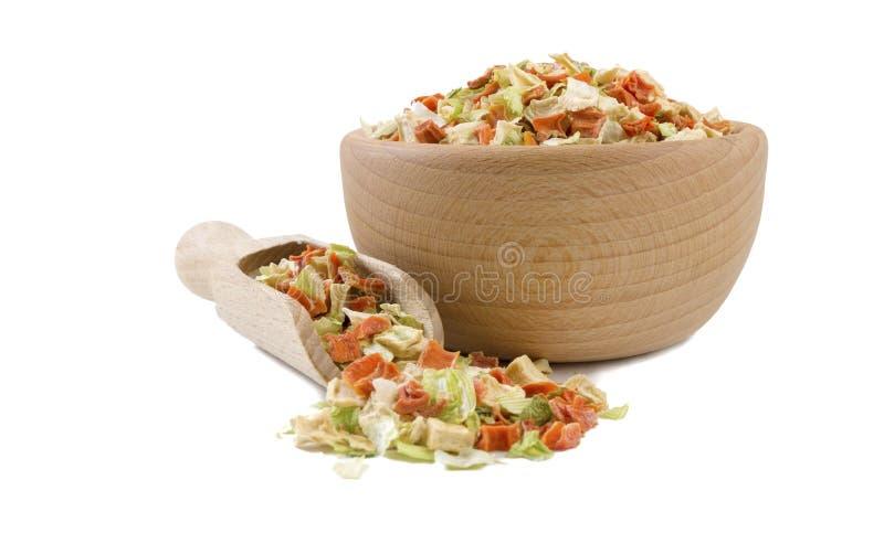 Légumes secs ou légumes de soupe dans la cuvette en bois et le scoop d'isolement sur le fond blanc Épices et ingrédients de nourr photographie stock