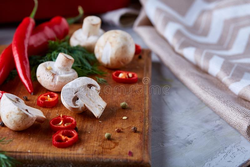 Légumes sur la planche à découper, plat avec du sel au-dessus du fond texturisé blanc, plan rapproché, foyer sélectif image stock
