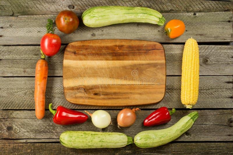 Légumes sur le fond en bois de vintage - récolte d'automne photos libres de droits