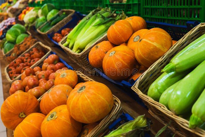 Légumes verts frais dans les paniers en osier sur le compteur d'un petit marché végétal photos libres de droits