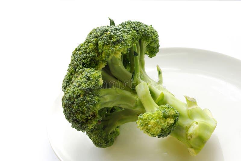 Légumes verts frais de la plaque blanche images libres de droits