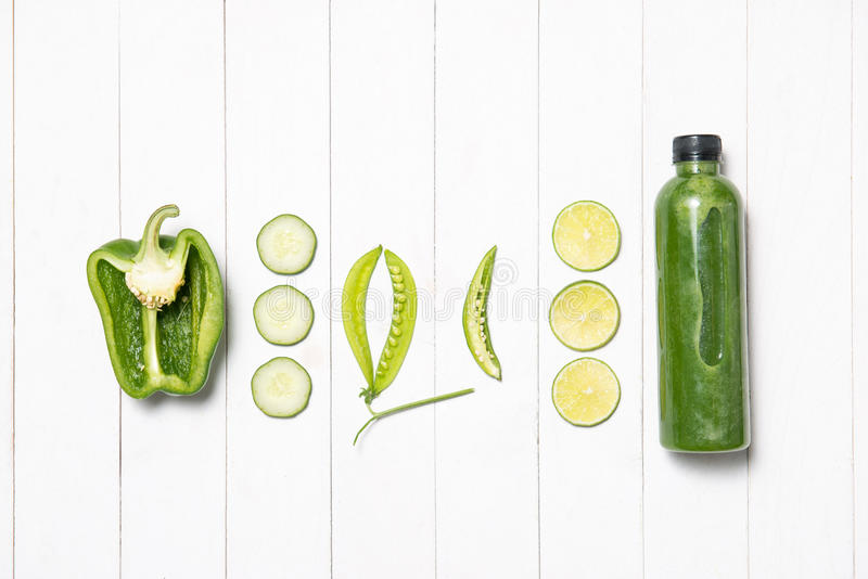 Légumes verts frais et smoothie vert avec des épinards dans le bottl image libre de droits