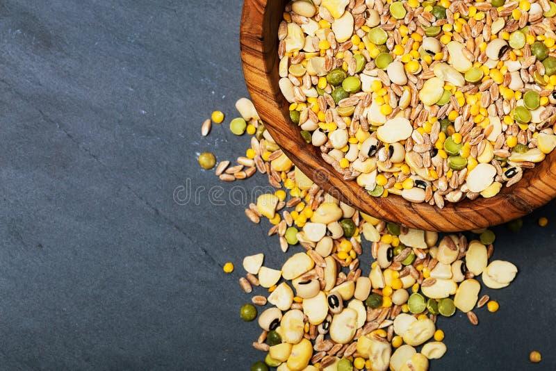 Légumineuses sèches et céréales mélangées un fond d'ardoise, vue supérieure image libre de droits