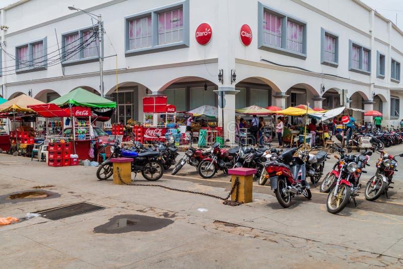 LÉON, NICARAGUA - 27 AVRIL 2016 : Motos et stalles de nourriture sur une rue à Léon, Nicarag photos libres de droits
