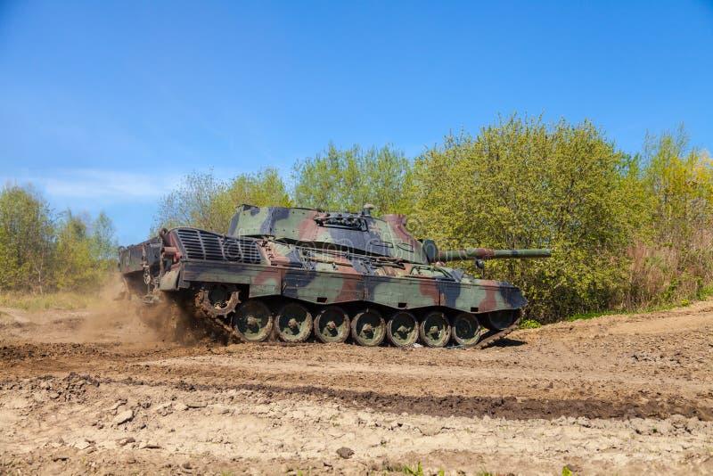 Léopard allemand 1 5 commandes d'un réservoir sur la voie image stock