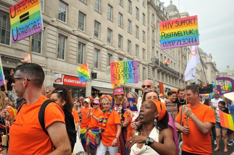 Lésbica alegres do abd na Londres na parada de orgulho em Londres, Inglaterra 2019 imagem de stock