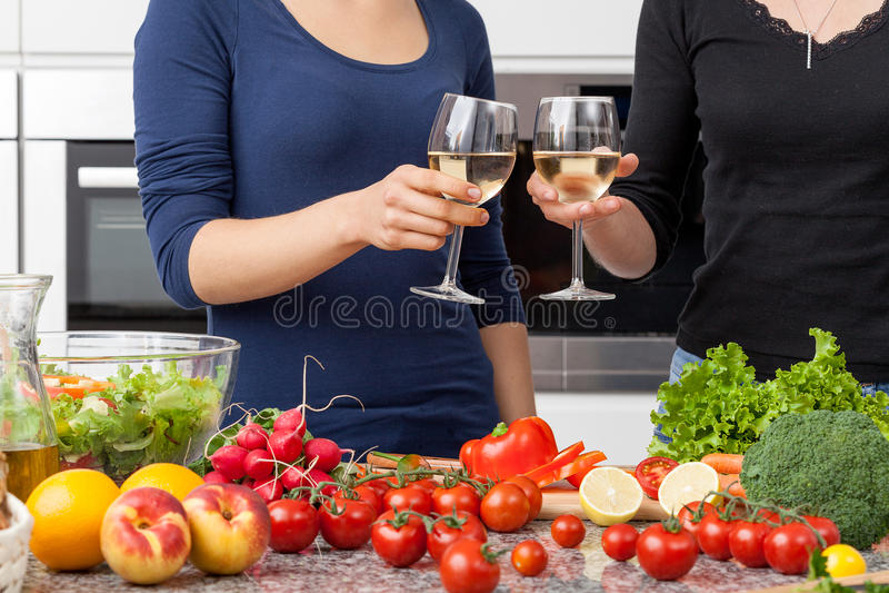 Lésbica na cozinha imagens de stock