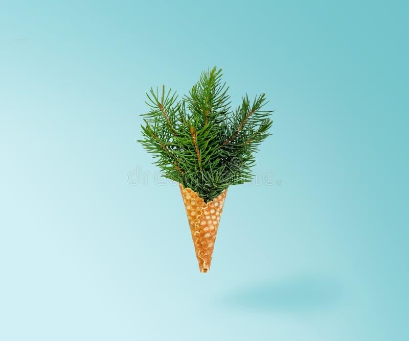 Lévitation de crème glacée d'arbre de Noël sur le fond bleu de Ligth Concept d'an neuf Composition minimale en vacances Copiez l' photos stock