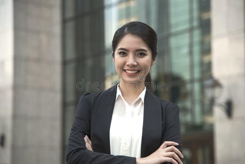 Líder asiático joven de la empresaria hermoso buscando algo foto de archivo