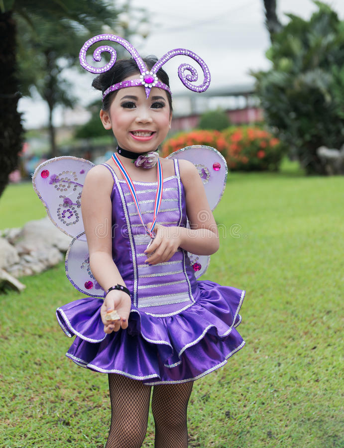 Líder da claque bonito no traje violeta do erro fotografia de stock