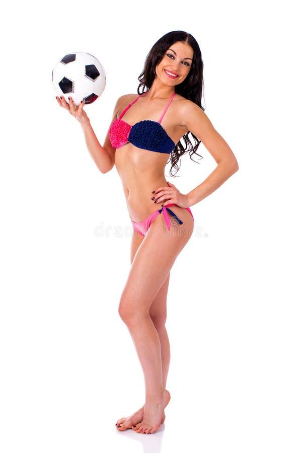 Líder da claque bonito novo com bola de futebol Beauti completo do comprimento foto de stock