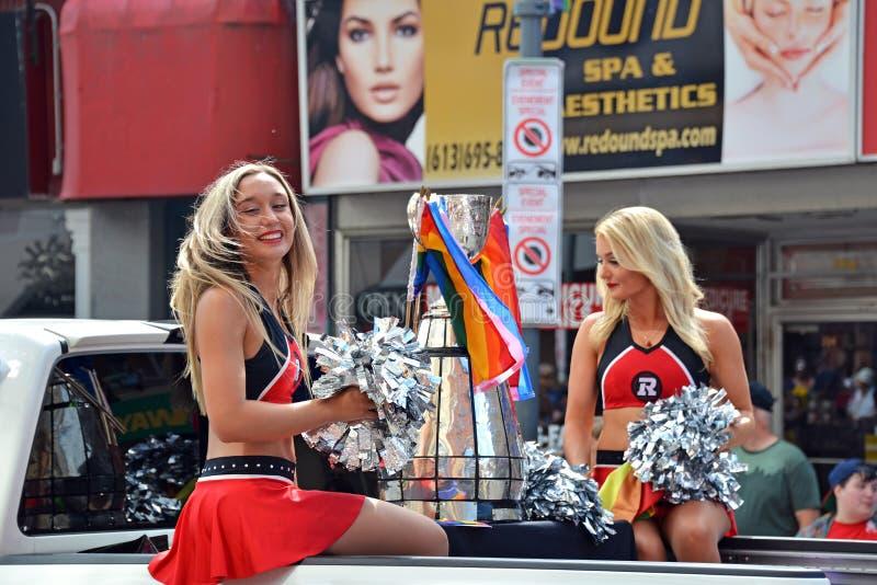 Líder da claque de Ottawa Redblacks com Grey Cup em Pride Parade imagem de stock
