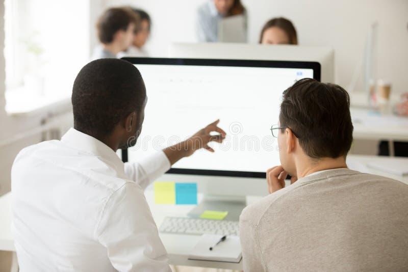 Líder da equipa africano que explica a aplicação incorporada u do colega fotos de stock