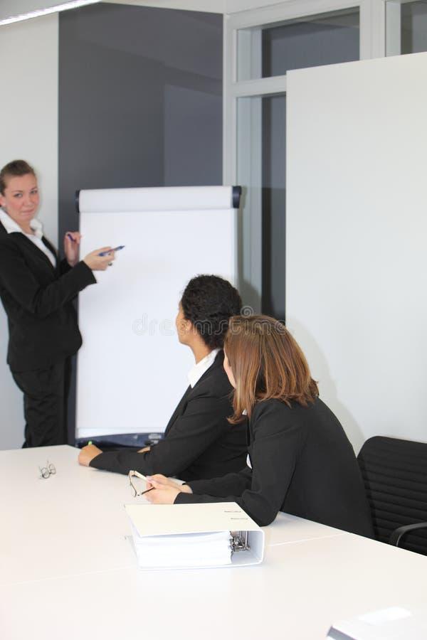 Líder da equipa fêmea que dá uma apresentação imagens de stock