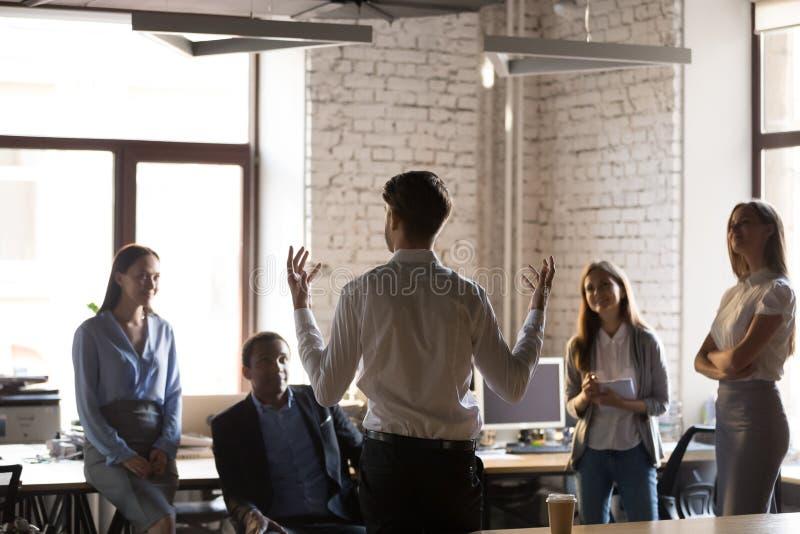 Líder da equipe de escuta dos empregados diversos durante a instrução fotos de stock royalty free