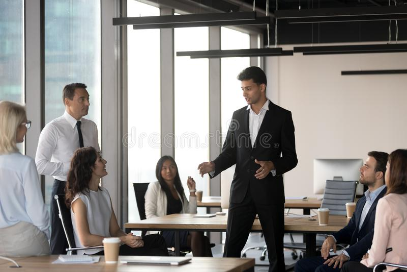 Líder de equipo árabe que habla con los hombres de negocios diversos en el encuentro fotografía de archivo libre de regalías