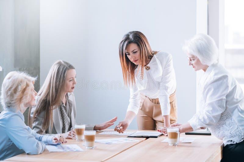 L?der de equipo de sexo femenino ambicioso de la reuni?n de negocios fotografía de archivo