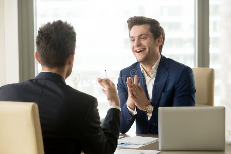 Líder de la compañía satisfecho con la negociación acertada imagen de archivo