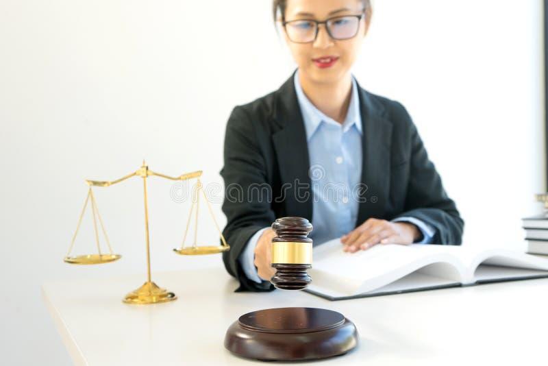 líder de la empresaria del grupo en el bufete de abogados imagen de archivo