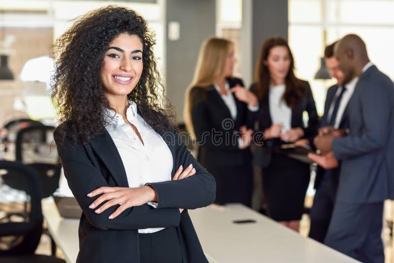 Líder de la empresaria en oficina moderna con el workin de los empresarios fotografía de archivo