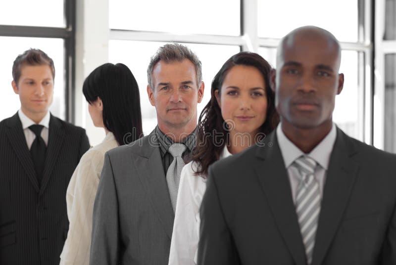 Líder de negócio sério na frente da equipe do negócio imagens de stock