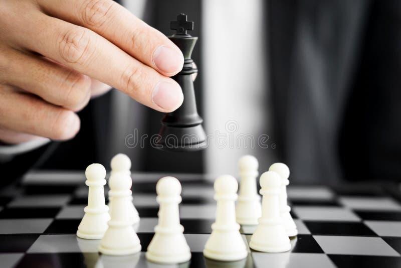 líder del hombre de negocios de un negocio acertado que lleva a cabo el ajedrez fotos de archivo