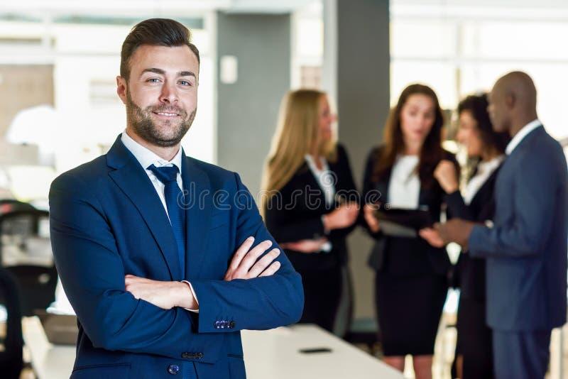 Líder del hombre de negocios en oficina moderna con el trabajo de los empresarios fotografía de archivo libre de regalías