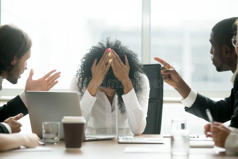 Líder deprimido da mulher negra que sofre do discriminatio do gênero imagem de stock royalty free
