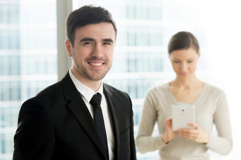 Líder empresarial feliz que presenta con la secretaria de sexo femenino fotografía de archivo libre de regalías