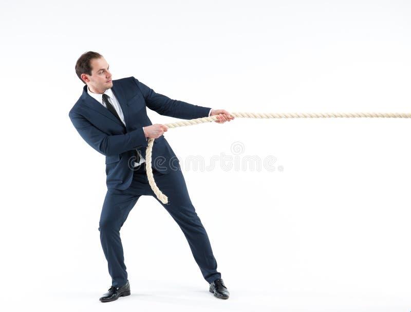 Líder empresarial fuerte y confiado Vista lateral del hombre de negocios en el traje que tira de una cuerda mientras que se opone foto de archivo libre de regalías