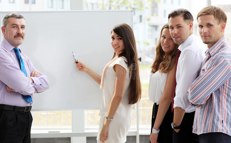 Líder que explica algo no whiteboard imagem de stock royalty free