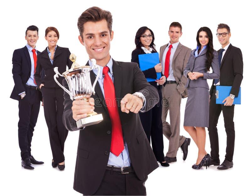Líder que prende um copo e apontar grandes do troféu fotos de stock royalty free