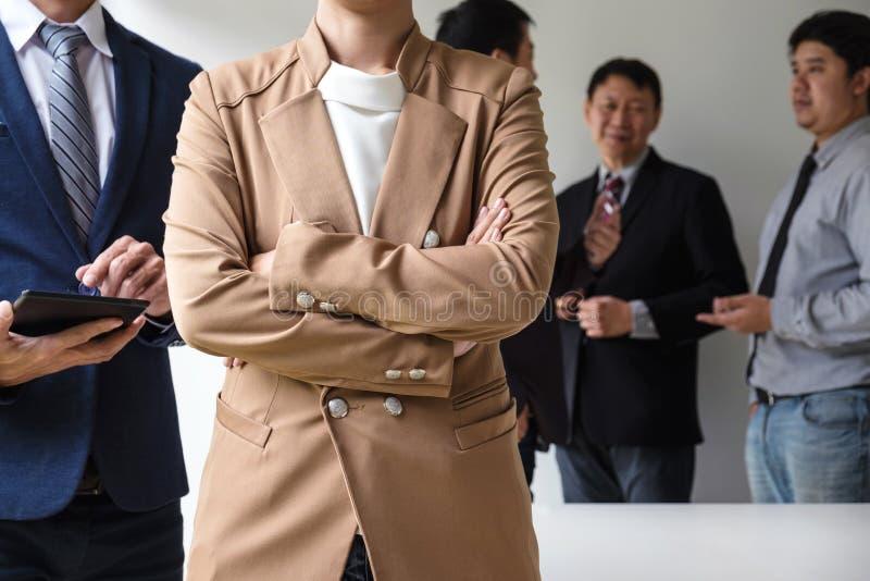 Líder seguro da mulher de negócio, conferenc da reunião da equipe do negócio imagens de stock