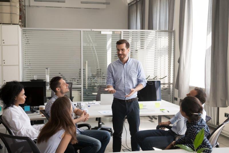 Líder seguro, instrução da terra arrendada do treinador para o em multirracial da equipe fotos de stock royalty free