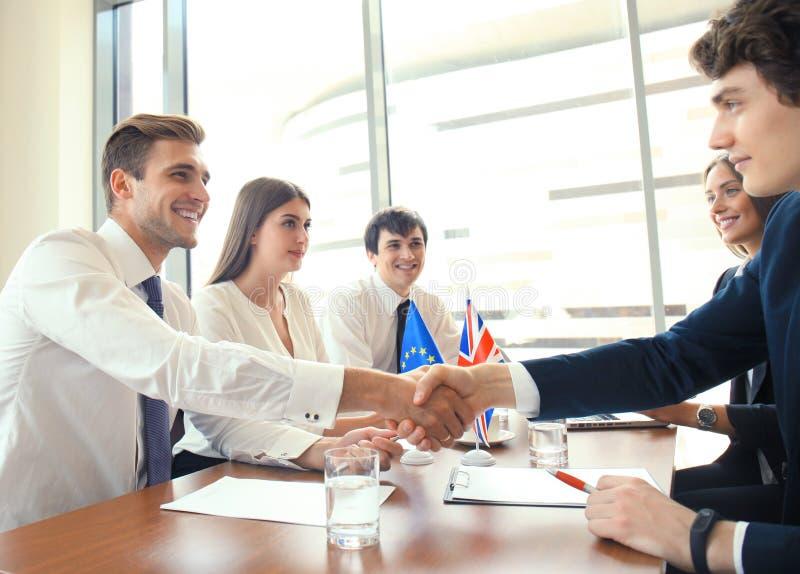 Líderes da União Europeia e do Reino Unido que agitam as mãos em um acordo do negócio fotos de stock