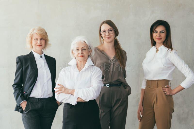 Líderes de sexo femenino educados acertados de las mujeres de negocios imágenes de archivo libres de regalías
