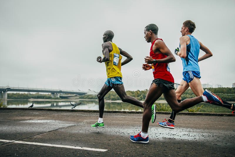 Líderes del maratón que corre a lo largo del terraplén del río Irtysh foto de archivo libre de regalías
