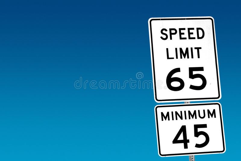Límite de velocidad 65 - mínimo 45 imagen de archivo libre de regalías