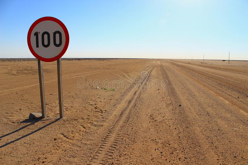 Límite de velocidad en un camino del desierto en Namibia fotografía de archivo