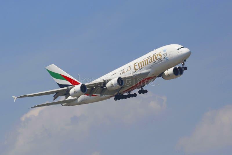 Línea aérea Airbus A380 de los emiratos en acercamiento al aeropuerto internacional de JFK en Nueva York imagen de archivo