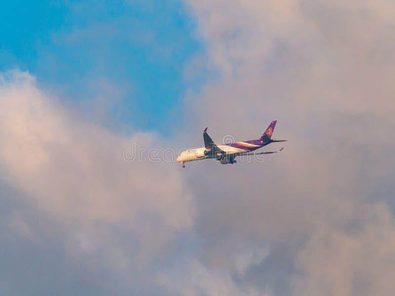 Línea aérea Airbus A350-941 de Thai Airways de Dubai a Bangkok en el aeropuerto internacional de Suvarnabhumi fotos de archivo