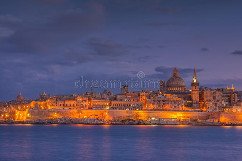 Línea aérea de La Valeta en la noche, Malta fotos de archivo libres de regalías