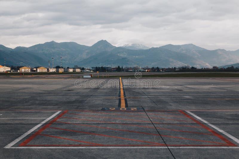 Línea aérea del cargo del aeropuerto con la marca coloreada en el piso - el terminal del cargo - aeropuerto principal de Lombardí imagen de archivo libre de regalías