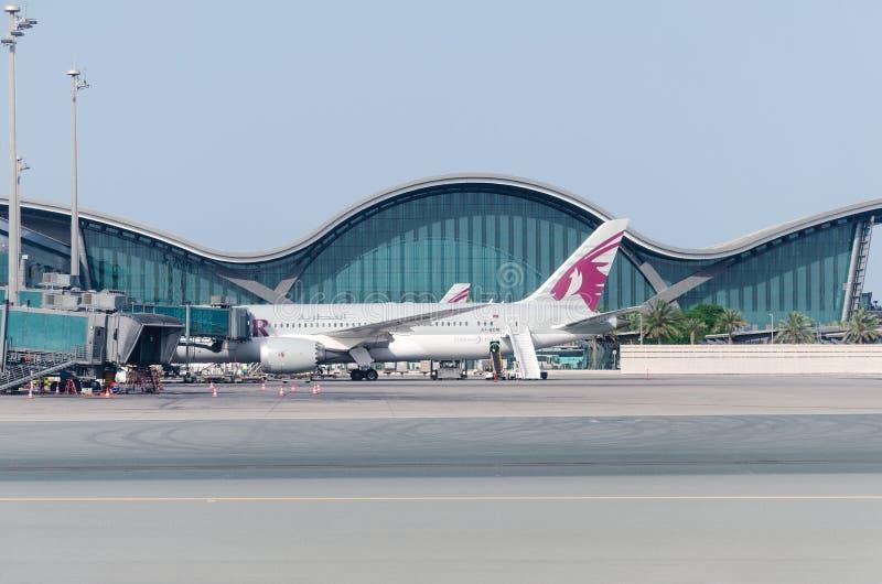 Línea aérea Qatar de los aviones en el aeropuerto foto de archivo