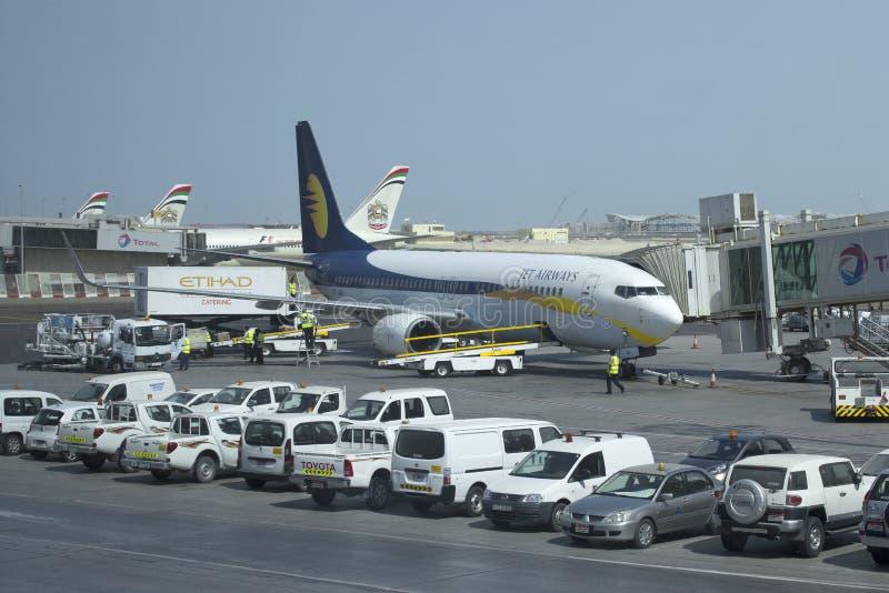 Línea aérea siguiente Jet Airways de la GEN VT-JBK de Boeing 737 a Abu Dhabi Airport fotos de archivo libres de regalías