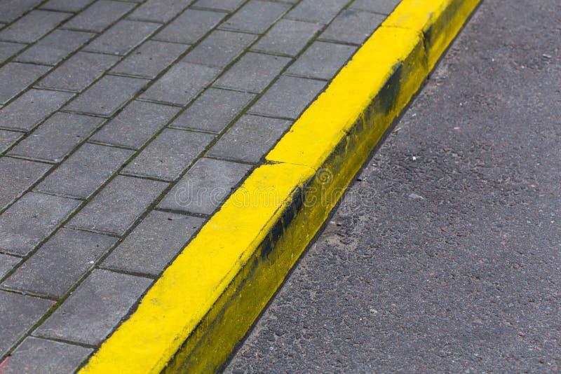 Línea amarilla del encintado en el camino fotos de archivo libres de regalías
