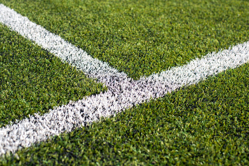 Línea blanca en campo de fútbol fotos de archivo