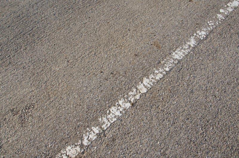 Línea blanca en el camino imagenes de archivo