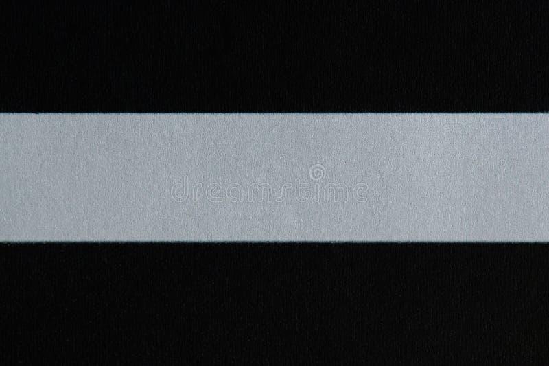 Línea blanca en fondo de papel negro imagen de archivo